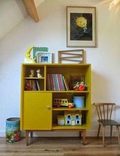 Kinderzimmer mit senffarbener Holzkommode auf Vintage Beinen