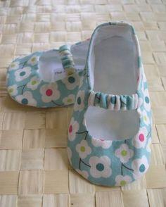 New crochet baby girl shoes tutorial mary janes Ideas Baby Boots, Baby Girl Shoes, Kid Shoes, Girls Shoes, Crochet Shoes, Crochet Baby Booties, Knitted Baby, Diy Crochet, Crochet Dolls