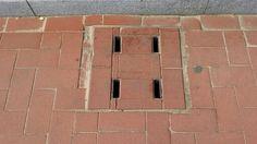 해운대 파라다이스 호텔 앞 보도의 빗물받이. 2015.5.16