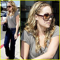 Love this look. Hair, jeans, tee, sunglasses... Perfect!