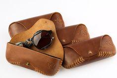 Caso original de cuero gafas & gafas de sol. Cosido a mano. Existen en la protección de plástico duro-a, más aterciopelada superficie cubierta.