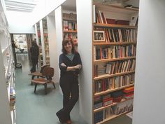 Elvira Lindo en su biblioteca.