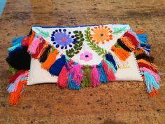 Clutch mexicano bordado a mano, modelo Chiapas pluma