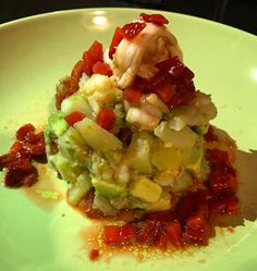 Avui cuinem a casa amb una recepta de @superpilopi: Timbal de gambes amb vinagreta de maduixes. Un plat exquisit! #pilopireceta  #gambes #alvocat #maduixes #patata #tomaquets#vodka #prawns #avocado  #strawberries #potatoes #tomato #food #foodporn #foodie #yummy #dinner #dinnertime