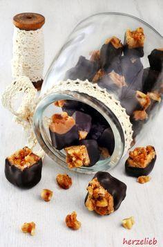 Caramel selbstgemacht, bedeckt mit Walnuss-Crunch und mit Schokolade überzogen. Rezept auf herzelieb.de