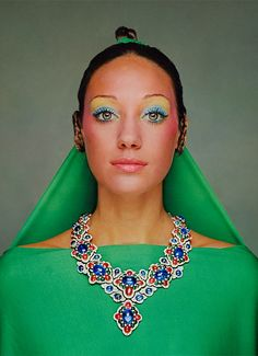 Marisa Berenson en bijoux Bulgari, photo vintage, make-up 60's et robe verte