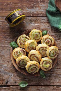 Rulouri cu ton si dovlecei, reteta aperitiv cu aluat foietaj Rulouri cu ton si dovlecei, o idee excelenta si rapida pentru un aperitiv delicios de vara. Aperitive Snacks, Snack Recipes, Starters, Sprouts, Zucchini, Appetizers, Pizza, Vegetables, Dips