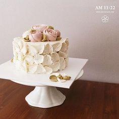 """""""우아함"""" #flowercupcake#amazing#buttercream#butter#buttercreamcake#left#piping#handmade#wilton#wedding#bouquet#instacake#instaflower#버터크림#플라워케이크#웨딩케이크#부케#꽃스타그램#케익스타그램#천호동#수제케이크#나뭇잎#플라워케익#꽃#케이크#웨딩케이크#윌튼#우아"""