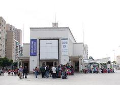 CAC Málaga.png Además de los ya mencionados CAC Málaga o La Térmica, la ciudad cuenta con numerosas galerías de arte como la Alfredo Viñas, Benedito, Taller Gravura, Arte Espacio tres, GACMA, etc. La Fundación Unicaja gestiona la Sala Espacio Emergente que muestra el arte innovador de los nuevos creadores.