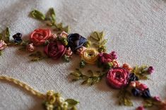 Pretty ribbon flowers from verom.canalblog.com
