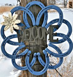 ****This beautiful horseshoe wreath is painted . It is adorned with a galvanized welcome and metal flower or bow. Item is made from all new horseshoes. Horseshoe Projects, Horseshoe Crafts, Horseshoe Art, Horseshoe Wreath, Welcome Wreath, Horseshoes, Metal Flowers, Welding Projects, Flower Fashion
