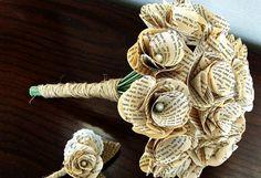 Si te encanta leer... Lleva tu afición hasta el día de tu boda. Este ramo está confeccionado con hojas de libro y perlas, (70€) de The Paper Girl.