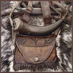 powder horn and (possibles pouch,tobacco,flint or whatever )leather pouch - simply stunning Mountain Man Rendezvous, Shooting Bags, Black Powder Guns, Man Gear, Powder Horn, Arte Tribal, Fur Trade, Medicine Bag, Le Far West