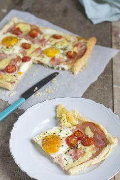Ontbijtpizza met ei en bladerdeeg