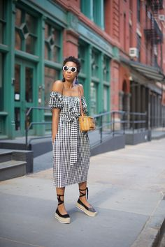 Gingham trend is not something very new but it becomes trend again and again. Here are some stylish outfit ideas for spring. White Summer Outfits, Spring Outfits, Summer Dresses, Preppy Mode, Preppy Style, Look Fashion, Fashion Outfits, Womens Fashion, Fashion Clothes