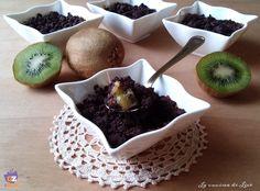 Il crumble di kiwi al cacao è un dolce molto goloso caratterizzato da una nota leggermente aspra del kiwi, ottimo come dessert e per una deliziosa merenda.