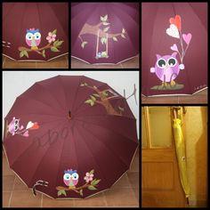 Alegres búhos decorando este paraguas granate