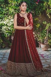 Let the crowd stare and make it worth their while when you walk wearing this maroon velvet lehenga blouse. Designed to flaunt your best features, the sleeveless blouse carries sequins spray with round neckline. Upholding the idea of simple is beautiful, you would definitely want to wear this for your next occasion or on your […] The post Maroon Velvet Lehenga Blouse appeared first on Latest Pakistani Fashion 2020 - Formal Wear - Anarkali - Party Clothing - Pishwas.