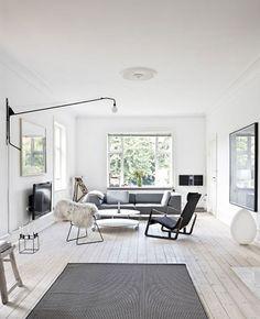 licht houten vloer met groot grijs kleed