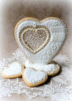 Staggeringly beautiful, immensely detailed Wedding present cookies By Agathy on CakeCentral.com [http://cakecentral.com/g/i/2328284/a/2329284/wedding-present-cookies/#]