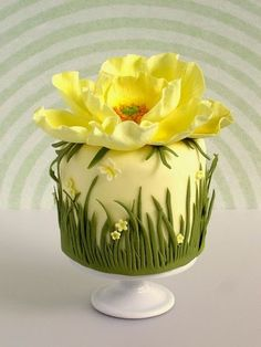 Pastel con Flor Amarilla. Tartas Originales.