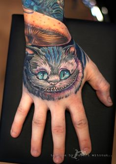 Amazing cheshire cat tattoo awesomeness tatuajes, alice и so Hand Tattoos, Cool Wrist Tattoos, Trendy Tattoos, Girl Tattoos, Sleeve Tattoos, Body Tattoos, Cheshire Cat Smile, Cheshire Cat Tattoo, Alice And Wonderland Tattoos