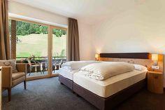 Neue Lerchenzimmer Naturhotel Rainer Die neuen Lerchenholzzimmer bestechen durch ihre Leichtigkeit und Aussicht ins Jaufental. Ein echtes Higlight ist die Panoramadusche im Naturhotel Rainer in Südtirol.