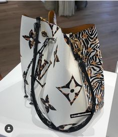 New season drawstring bag to kick of today's We're loving the mix of Logo Love and Animal Print trends in… Fashion Handbags, Purses And Handbags, Fashion Bags, Style Fashion, Fashion Beauty, Louis Vuitton Bags, Beautiful Handbags, Crossbody Bag, Satchel