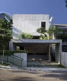 modernes mehrfamilienhaus sichtbeton fassade strassenansicht