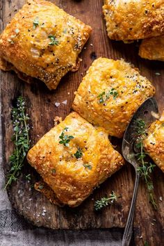 37 Easy Thanksgiving Appetizer Ideas - Recipes for Thanksgiving Hors D'oeuvres Queso Cheddar, Broccoli Cheddar, Mini Empanadas, Snacking, Vegetarian Recipes, Cooking Recipes, Vegetarian Appetizers, Flaky Pastry, Omelettes