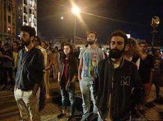 Protesta Innovadora: de pie y en silencio miles de personas protestan dejando a la policía desconcertada #Turquía