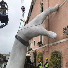 Support: Monumental Hands Rise from the Water in Venice to Highlight Climate Change | Colossal