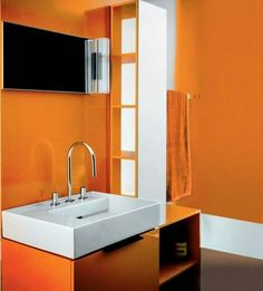 bad dachschr ge orange akzentwand s ulenwaschtisch badewanne badezimmer pinterest. Black Bedroom Furniture Sets. Home Design Ideas
