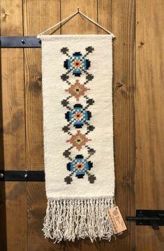 În gospodăriile tradiționale moldovenești, tapiseriile au rol decorativ și sunt agățate pe pereții din interiorul casei. Maria Mihalachi le țese la războiul orizontal din bătătură de lână naturală și colorată pe urzeală din bumbac. Procesul de finisare al acestor piese ornamentale este migălos și se realizează tot manual, însă de astă dată cu ajutorul croșetei și împletitului. Îți recomandăm să cureți tapiseria manual folosind apă puțin călduță în care ai dizolvat detergent (de preferat… Bohemian Rug, Blanket, Rugs, Interior, Home Decor, Embroidery, Farmhouse Rugs, Decoration Home, Indoor