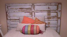 Cabeceira de cama com portas antigas