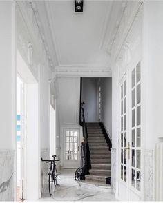"619 likerklikk, 7 kommentarer – INTERIOR GLOBE (@interior.globe) på Instagram: ""Entrance hall of a Brussels home designed by @studioparchitects (📸 via @cafeine ) #architecture…"""