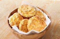 """Pan """"nube"""" bajo en carbohidratos, bajo en calorías, alto en proteínas y sin gluten. Más Pan Nube, Keto Recipes, Snack Recipes, Sin Gluten, Atkins, Cornbread, Paleo, Chips, Queso"""