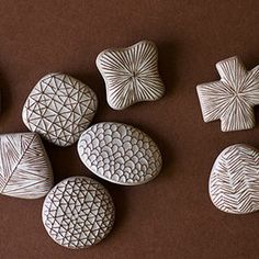 陶器のような見た目に仕上がる「石塑粘土(せきそねんど)」をご存知ですか?石の粉からできている粘土で、形が作りやすく着色も絵の具で簡単にできるのでハンドメイド好きさんに大人気♪石塑粘土はもともとフィギュアやスイーツデコの材料としてよく使われる素材でした。セリアやダイソーなどの100均で買える手軽さも魅力♪完成品は軽いのでアクセサリーにピッタリ♪金具を付ければヘアゴムやネックレス等にも◎今回は石塑粘土の使い方、基本のブローチの作り方とコツ、本、参考にしたいピアスなどの素敵デザインご紹介します♪