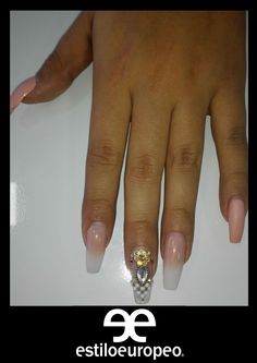 En la moda europea las uñas muy largas con pedrería son el top de las mujeres. En esta ocasión en Estilo Europeo hemos traído una linda versión para nuestra cliente. Solicita tu cita: 3104444 Visítanos Calle 10 # 58 - 07 ¡Luce siempre con Estilo Europeo!