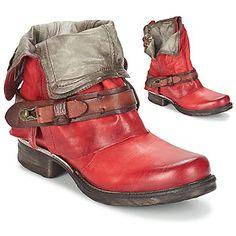 La marque A.S. 98 propose une boot femme aussi tendance que facile à vivre, la Saint Bike. Si on l'aime pour sa tige en cuir de couleur rouge, on l'apprécie aussi pour sa doublure cuir tout en sobriété. Parmi ses caractéristiques, on trouve aussi une semelle intérieure en cuir et une semelle extérieure en cuir. Plus aucune raison de vous en priver ! - Couleur : Rouge - Chaussures Femme 209,00 €