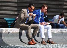 Men eating gelato
