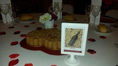 Centre taula cor vermell amb taps de cava. www.eventosycompromiso.com