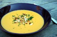 Venkelsoep van geroosterde venkel en winterpeen. Met bovendien sjalotten, rijst, gember en kokosmelk. Een hele lekker soep voor de lunch bijvoorbeeld.