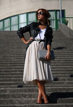 I wish I could pull this off. Leather jacket & mid length floaty skirt