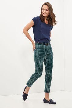 Pantalón estampado tobillero de tejido bi-strech con cierre con cremallera.