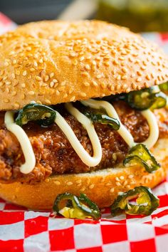 Jalapeno Honey Drenched Crispy Fried Chicken Sandwich Recipe : Crispy fried seasoned chicken drenched in sweet and spicy jalapeno honey in a bun! Chicken Sandwich Recipes, Fried Chicken Sandwich, Crispy Fried Chicken, Burger Recipes, Cajun Chicken Burger, Tofu Recipes, Recipe Chicken, Gula, Carne Picada