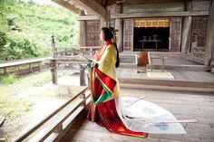 A woman wearing junihitoe. I love the setting for this photo. Heian Era, Heian Period, Japanese Geisha, Japanese Kimono, Asian Architecture, Historical Women, Exotic Women, Japanese House, Japan Art