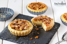 and almond tarts with a filling of mascarpone cheese and Greek yogurt.Honey and almond tarts with a filling of mascarpone cheese and Greek yogurt. Mini Tortillas, Almond Tart Recipe, Tarts Recipe, Quiche, Petit Cake, Scones Ingredients, Honey Almonds, Cheese Bites, Sweets Cake