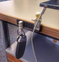 Une super astuce de rangement est d'utiliser des Lego pour ranger les clefs et le câble iPhone.