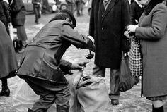 Edward Gierek patrzył przez palce na pędzenie samogonu, więc w latach 70. milicjanci rzadko organizowali większe akcje - na zdjęciu skutki nalotu na wiejskich bimbrowników, dokonanego w drugiej połowie dekady gierkowskiej. Natomiast generał Wojciech Jaruzelski wypowiedział bimbrownikom wojnę i wysyłał na nich wojskowe grupy operacyjne. W latach 80.